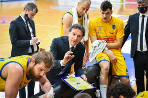 Coach Finelli in panchina vs Rieti