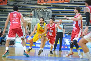 Bernardo Musso atttacca la difesa di Lux Chieti (gara due)